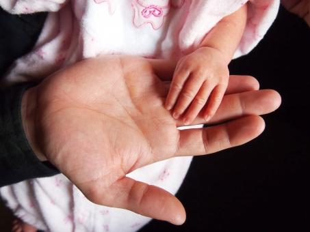 赤ちゃん 手 赤ちゃんの手 小さな手 親子 手と手 手のひら 指 手の平 赤ん坊 親子の手