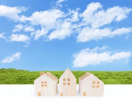 積木の家と青空と草原の写真