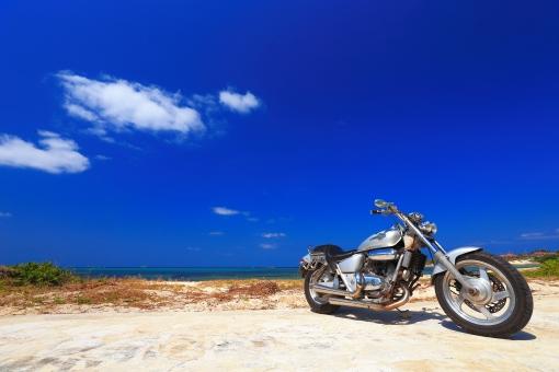 沖縄 おきなわ オキナワ オートバイ バイク ツーリング ドライブ 砂浜 水平線 ビーチ,びーち,Beach 青,青色,水色,ブルー,Blue 白,白色,白い雲,ホワイト,White エメラルドグリーン グラデーション 青空 長期休暇,夏休み,春休み 趣味 一人旅 旅行 ゴールデンウィーク,GW シルバーウィーク,SW 交通 青春 癒し,楽しみ 旅行素材 風景素材 自然素材 乗物素材 背景素材 コピースペース