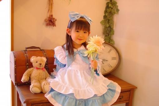 クマさんと水色ドレスの女の子の写真
