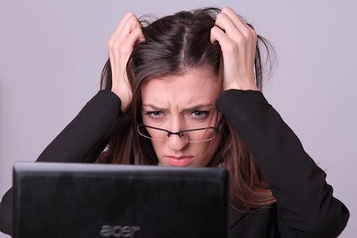 スーツ ビジネス 人物 20代 白バック 女性 OL 屋内 室内 上半身 髪の毛 ロングヘア PC パソコン 30代 めがね 眼鏡 ビジネスウーマン メガネ スタジオ撮影 トラブル 混乱 外人女性 外人 外国人 白人 外国人女性 ストレス 欧米人 イライラ mdff056 髪をかきむしる 焦る