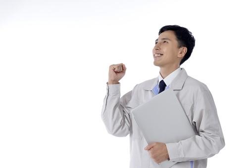日本人 男性 おとこ 青年 社員 職員 ビジネスマン 仕事 労働 業務 ビジネス ワーク 会社 職場 工場 オフィス 事業 営業 事務 作業 制服 見上げる パソコン 持つ 抱える ガッツポーズ 拳骨 こぶし グー やる気 気力 採用 成功 合格 向上 前向き やりがい 白バック 白背景 mdjm001