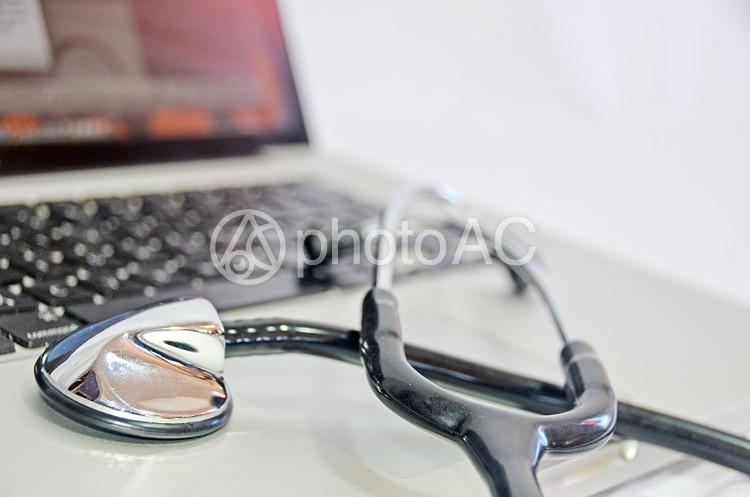 パソコンと聴診器の写真