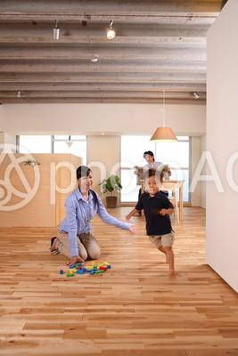 部屋の中を走る子供9の写真