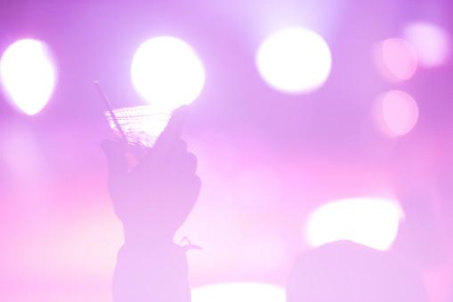 クラブ ライブ LIVE コンサート DJ 演奏会 音楽会 リサイタル ナイトクラブ キャバレー フロアショー 観客 観衆 見物人 観覧者 聴衆 オーディエンス ギャラリー 立ち見客 客 お客さん 会場 入館者 バンド 音楽 楽器 楽曲 ミュージック 歌 曲 唄 歌唱 ペンライト ステージ 音響 スクリーン アンプ サウンド 公演 人 歓声 ライト 照明 アップ 手 飲み物 酒 ジュース ドリンク カクテル ストロー マドラー コップ カップ
