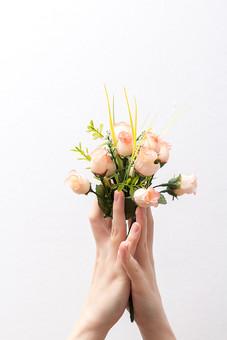 人 人間 人体 身体 人肌 肌 皮膚 手 指 手指 ゆび 関節 指の関節 デッサン 手のデッサン 手のモデル 手のポーズ  爪 白い 白背景  曲げる 指を曲げる 手の側面 両手 花 花束 持つ はさむ 挟む 押さえる 押える ハンドモデル バラ 手品