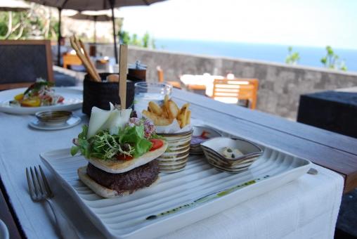 テラス ランチ 朝食 リゾート ハンバーガー パン 野菜 食事 屋外 海外 アジア バリ 風景 レストラン ホテル