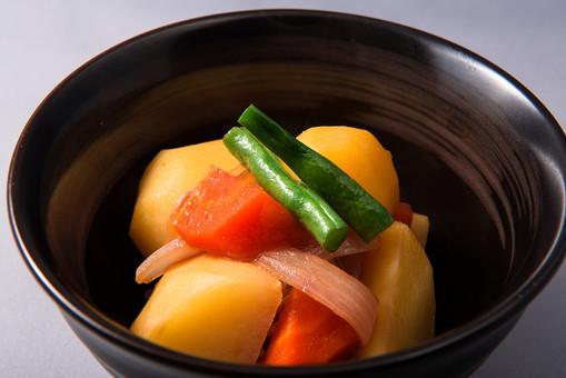 野菜 じゃがいも 馬鈴薯 ジャガイモ 人参 にんじん にくじゃが 肉じゃが  タマネギ 玉葱 いんげん たまねぎ 栄養 ヘルシー 健康 美容 ビタミン カロチン 食べ物 農産物 作物 収穫 緑黄色野菜 煮物 和食 小皿 一品 おかず