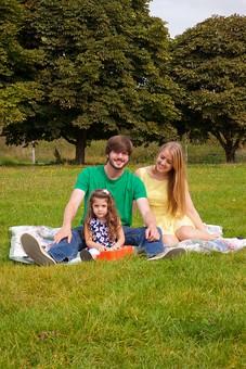 人物 外国人 外人 家族 ファミリー 両親 父親 母親  子供 こども 女の子 娘 3人 屋外 野外 外 自然 芝生 草原 緑 グリーン レジャー ピクニック 寛ぐ くつろぐ リラックス 笑顔 正面 公園 休日 お父さん お母さん mdfk018 mdff084 mdfm051