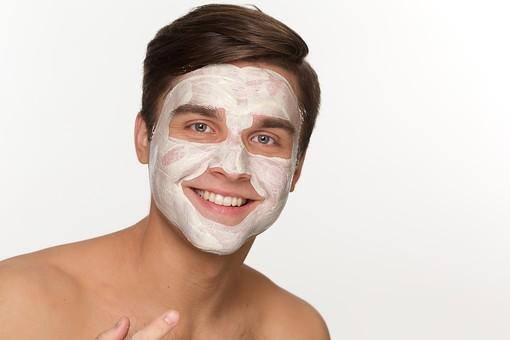 美容 エステ ビューティー 外国人 男性 メンズ 大人 1人 20代 30代 若い 若者 ミドル 中年  肌 裸  顔   白バック 白背景 スキンケア 美肌 パック フェイスパック 塗る リラックス 笑顔 屋内   メンズエステ mdfm038