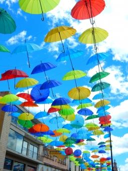 オレンジ 建物 青空 赤 緑 風景 青 背景 黄 雲 カラフル 傘 かさ