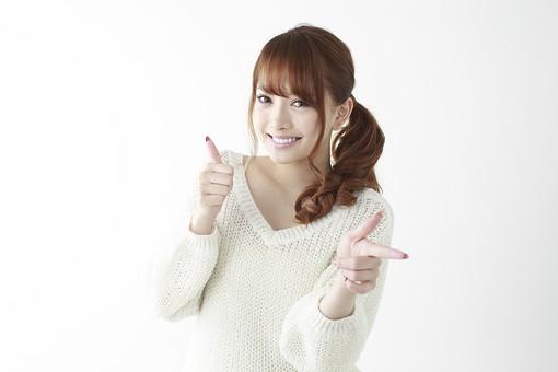 人物 女性 日本人 若い 20代   セーター ニット カジュアル モデル かわいい   キュート ポーズ おすすめ 屋内 白バック   白背景 上半身 仕草 表情 笑顔 指差し 指さす 前方 グッド 良い 注目  mdjf005