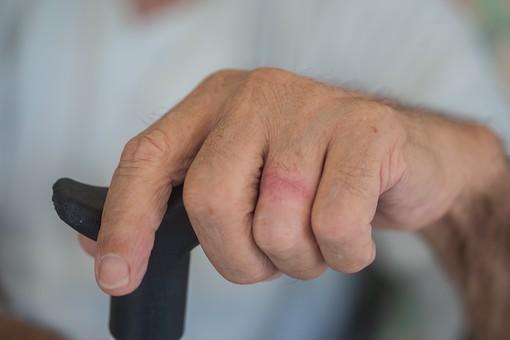 人物 老人 お年寄り 高齢者 シルバー 男性 おじいさん おじいちゃん 年老いた手 ハンドパーツ 手 指 ハンド パーツ 手の表情 クローズアップ 杖 ステッキ 支える 持つ 握る 片手 補助 介護 リハビリ 医療 福祉  手元 手先 指先