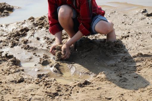 泥遊びの写真素材 写真素材なら「写真AC」無料(フリー)ダウンロードOK