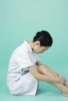 人物 女性 日本人 20代 30代   仕事 職業 医療 病院 看護師  ナース 医者 医師 女医 薬剤師  白衣 看護 屋内 スタジオ撮影 背景  グリーンバック おすすめ ポーズ 全身 座る 横向き 横顔 俯く うなだれる 落ち込む しょんぼり mdjf010