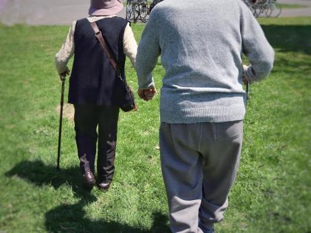男 男性 日本人 女 女性 生活 手 後ろ姿 背中 家族 大人 仲良し 夫婦 シニア 老人 おじいちゃん おばあちゃん 緑 公園 日常 高齢者 散歩 愛情 人 芝生 穏やか 介護 老夫婦 長寿 支える 年金 両親 気晴らし 祖父母 支えあう 手つなぎ 医療費 日々 老々介護 要支援 要介護 高齢化社会 認知機能 高齢化問題 屋外で 超高齢者 介護費用 少子高齢社会 超高齢化社会 介護問題