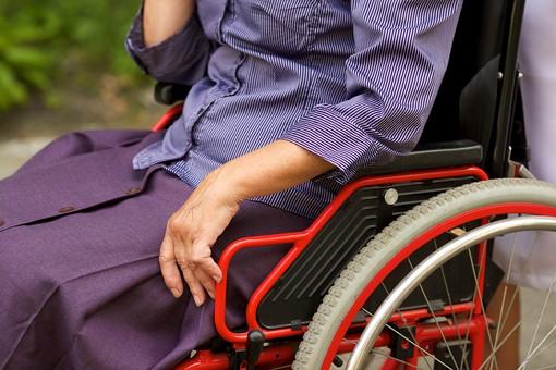 屋外 野外 外 病院 庭 公園 外国人 老人 高齢者 女性 おばあさん おばあちゃん 患者 スカート 車いす 車椅子 座る 乗る 車輪 手元 腰元 腰 手 腕 お腹 看護師 看護婦 医者 医師 女医 押す