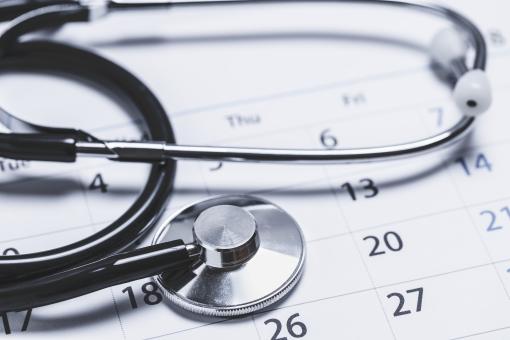 聴診器とカレンダーの写真