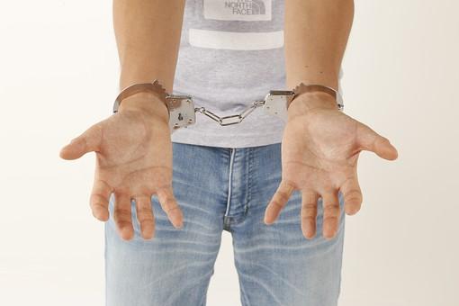 人物 男性 若者 手 手錠 犯罪 犯人 犯罪者 逮捕 検挙 事件 窃盗 詐欺 傷害 罪 現行犯 容疑者 捕まえる 正面 白バック 白背景 アップ Tシャツ ジーパン ジーンズ 違法行為 不法行為 捕まる