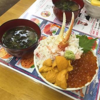 北海道 丼 カニ 蟹 いくら イクラ わさび ワサビ ウニ 雲丹 紫蘇 大葉 味噌汁 わかめ ワカメ 若布