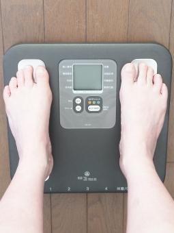 体重計 ヘルスメーター 体重測定 足 女性 体脂肪 ダイエット 痩せたい 痩身 見た目年齢 中年太り メタボ メタボリックシンドローム メタボリック症候群 ぽっちゃり デブ 体質 運動 スポーツジム 減量 隠れ肥満 食事制限 毎日 計る 測る 計測 産後太り 骨密度 骨粗しょう症 体重 重い 重量 太る 太った ぜい肉 皮下脂肪 食べ過ぎ 不摂生 暴飲暴食 若返り 日課 足首 脚 悩み 悩む