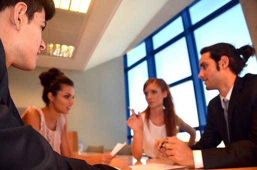 会社 オフィス ビジネス 仕事 職場 屋内 室内 働く スーツ 人物 男性 女性 ネクタイ 上司 部下 先輩 後輩 白人 インターナショナル 外国人 外人 外人男性 外人女性 白人女性 白人男性 グローバル 同僚 打ち合わせ 相談 会議 話し合い mdff125 mdff126 mdfm071 mdfm072