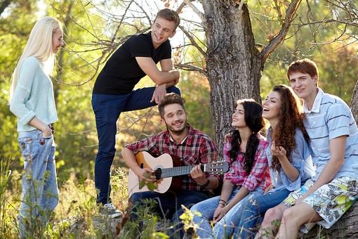 人物 外国人 モデル 男性 女性  男女 複数 グループ 仲間 友達  20代 若者たち 大学生 屋外 野外  林 森 木立 自然 ファッション カジュアル ギター 音楽 語らい おしゃべり 集まる 楽しい 爽やか 青春   mdff025 mdff026 mdff027 mdfm007 mdfm008 mdfm009