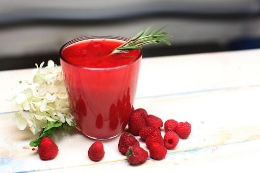 ラズベリー 赤 レッド ジュース 飲み物 ドリンク お酒 アルコール カクテル ハーブ コップ ごろごろ 転がる ころころ 鮮やか 果汁 果実 実 フルーツ 果物 甘い 酸っぱい 甘酸っぱい 美味しい 美味しそう アジサイ 花 紫陽花 白 机 テーブル