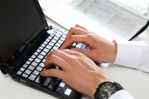 人物 生物 人間 男性 オフィス 仕事 ビジネス ビジネスマン 職業 ワイシャツ フォーマル 会社 働く 座る デスク インターネット ネットサーフィン 検索 操作 IT テクノロジー 手 PC パソコン キーボード ノートパソコン