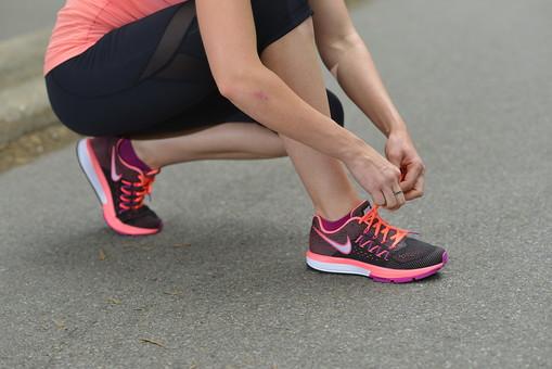 靴 シューズ ランニングシューズ スニーカー 靴紐 下半身 足 脚 レッグ 女性 女子 女 運動 スポーツ ジョギング ランニング ランニングウェア スポーツウェア 背景 道路 道 ロード アスファルト 公園 パーク