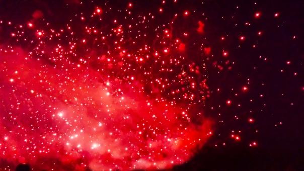 爆発 噴火 花火 夏祭り なつ 夜 バックグラウンド キラキラ きらきら よる 8月 7月 9月 夏休み 行事 黒バック 赤 火花 素材 背景 テクスチャ 大爆発 バクハツ 大噴火 ばくはつ スパーク ギラギラ 光 暴発 怒り心頭 激怒 spark spark explosion summer ファイアー 飛び散る