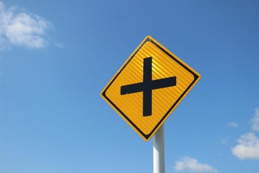 交差点 交通標識 十字路 事故 クルマ 車 道 道路 ドライブ 自動車 car みち くるま 日本 黄色 黒 こうさてん 道路交差点有り 交差点あり 指導標 案内 人生 対立 出会い 出合い 出逢い であい 出合 出会 出遭い 進路 旅行 交通安全 進路指導 道標 道導 ガイド 道案内 目印 目標 標識 将来 未来 行き先 進路先 進学 就職 明日 希望 青空 空 入学 卒業 選択 分岐 分岐点 晴れ はれ 雲 くも
