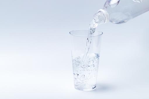 コップに水をそそぐの写真