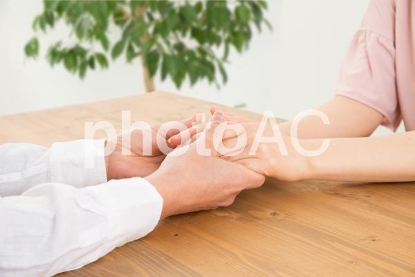 手を握る男女の写真