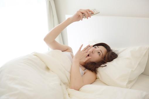 日本人 女性 女 30代 アラサー ライフスタイル 部屋 ベッドルーム 寝室 室内 ポーズ キャミ キャミソール 部屋着 ナチュラル ミディアムヘア ベッド 布団  朝 早朝 モーニング 二度寝 寝坊 時間 遅刻 スマホ スマートホン アラーム 焦る 驚く  起きる 起床 mdjf013