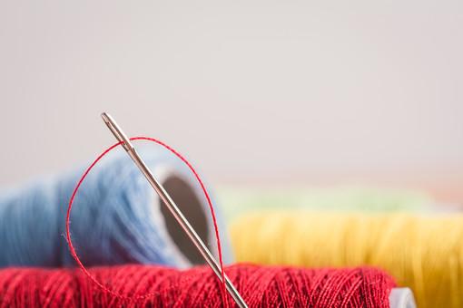 ソーイング 縫い物 裁縫 洋裁 手芸  手仕事 裁縫道具 裁縫用品 アップ 素材  趣味 ハンドメイド ホビー 生活 暮らし  小物 手縫い ファッション 縫う 針仕事 糸 糸巻き 雑貨 日用品 カラフル 白バック 白背景 針