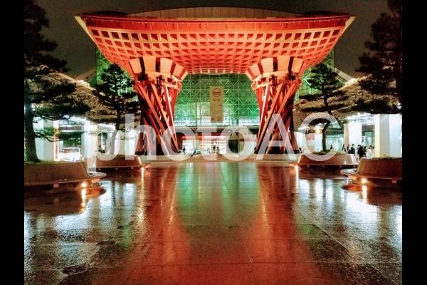 金沢駅鼓門夜のライトアップの写真
