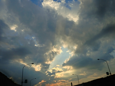 高速道路 ハイウェイ 自動車道 道 みち 高速 こうそく スピード speed 道路 どうろ 速い 早い はやい 雲間 雲 くも 空 そら 日光 逆光 光線 雲間からの光 薄明光線 天使の梯子 天使のはしご 天使の階段 照明 夕方