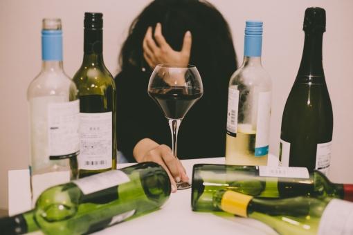 アルコール中毒の写真素材|写真素材なら「写真AC」無料(フリー)ダウンロードOK