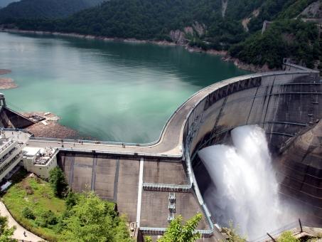 黒部 第4 ダム 黒四 クロヨン アーチ 放水 黒部湖 立山 関西電力 関電 夏 ダイナミック 雄大 巨大 最大 高い 大きい おおきい でかい デカイ