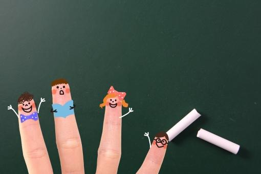 指 かわいい 小さい 指人形 顔 生徒 児童 学生 子ども 擬人化 イラスト CG コンピュータグラフィックス 合成 黒板 チョーク 授業 レッスン 講座 講義 教育 勉強 学校 塾 教室 余白 スペース