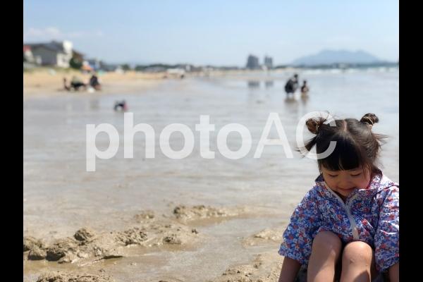 砂遊びをする少女02の写真