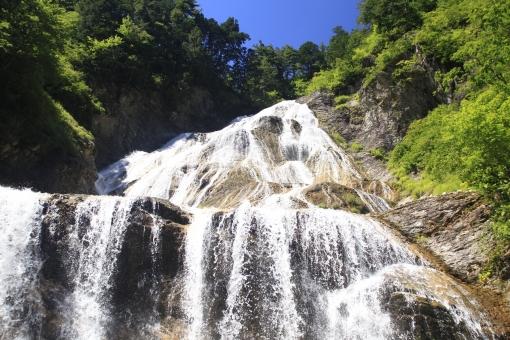 だんだん 白い流れ 山から 木々を縫って 水量豊か