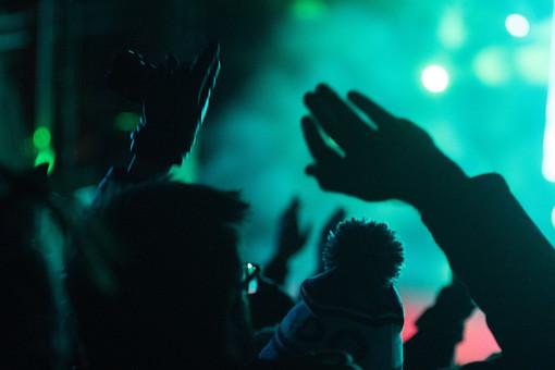 クラブ ライブ LIVE コンサート DJ 演奏会 音楽会 リサイタル ナイトクラブ キャバレー フロアショー 観客 観衆 見物人 観覧者 聴衆 オーディエンス ギャラリー 立ち見客 客 お客さん 会場 入館者 バンド 音楽 楽器 楽曲 ミュージック 歌 曲 唄 歌唱 ペンライト ステージ 音響 スクリーン アンプ サウンド 公演 人 歓声 ライト 照明 メガネ 男性 男 アップ 手