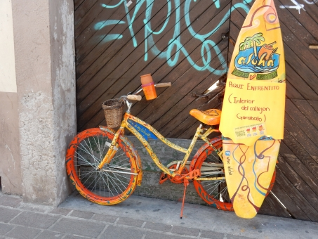 自転車 サーフィン ボード オレンジ カラフル 黄色 落書き 町 外国 海外 メキシコ