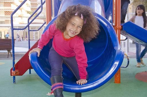 人物 生物 人間 生徒 学生 学童 子ども かわいい キッズ 幼い 外国 外国人 小さい 風景 学校 勉強 学び 教育 休み時間 休憩 放課後 自由時間 遊ぶ 屋外 遊具 楽しい 広い 大きい 青い 女の子 女子 滑り台 トンネル 滑る  mdfk033