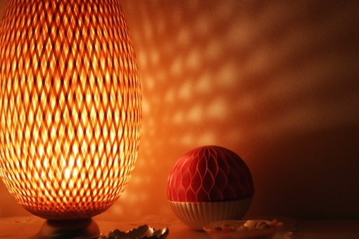 ランプ 照明 間接照明 小物 シェードランプ 明かり 影 室内 住まい ベッドルーム 夜 くつろぎ リラックス ロマンチック ホテル 部屋 コピースペース ポストカード エレガント 茶 薄明り 就寝 睡眠 寝室 電球 インテリア 雑貨 落ち着き 癒し モダン