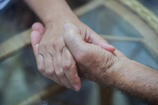 人物 老人 お年寄り 高齢者 シルバー  年老いた手 ハンドパーツ 手 指 ハンド  パーツ 手の表情 年老いた手 皺 しわ  シワ クローズアップ 二人 2人 握る 握りしめる 支えあう 支える 差し伸べる 差し出す 握手 手元 指先 手先