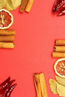 スパイス ハーブ オレンジ ローリエ 月桂樹 月桂樹の葉 葉 シナモン シナモンスティック レッドチリ とうがらし トウガラシ 赤唐辛子 ホットスパイス 調味料 香辛料 香料 食べ物 食材 乾燥 フレーム 余白 コピースペース テキストスペース 背景 背景素材 バックグラウンド 赤 茶 ピンク 緑 枠 囲み枠 並べる 自然 植物 実 カラフル 複数 鷹の爪
