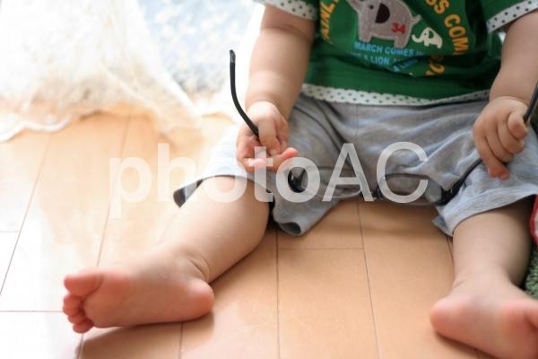 いたずらをする幼児の写真
